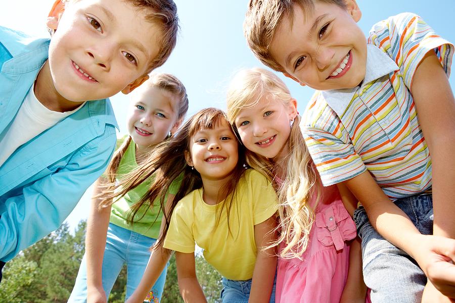 Деца гледају на доле окупљена у круг