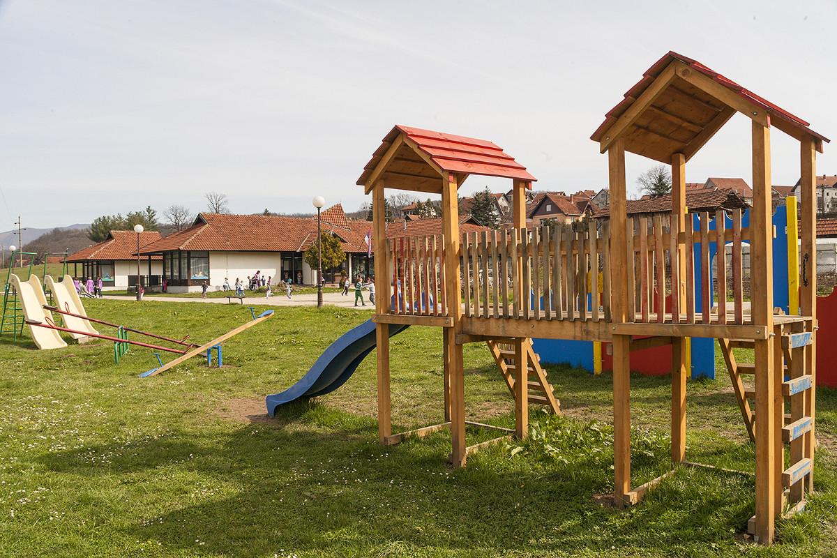 Двориште Објекта 3 са справама за игру и сналажење детета