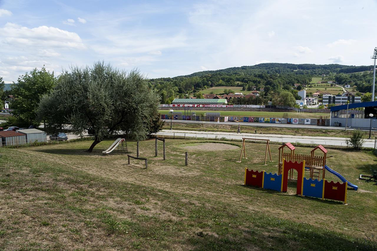 Поглед са врха дворишта у коме се деца игају