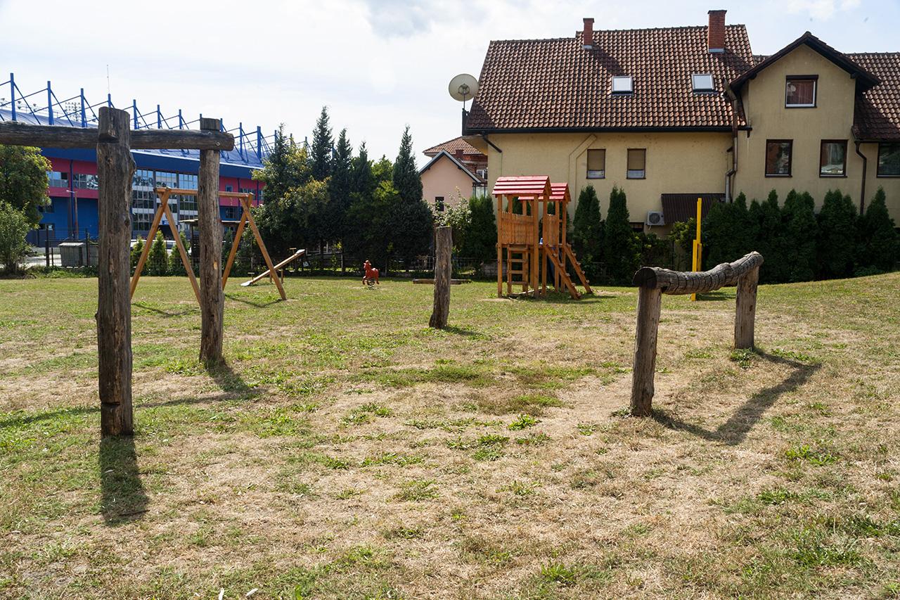 Двориште Објекта 2 - ограђено пространо двориште са дрвеним справама за фискултуру
